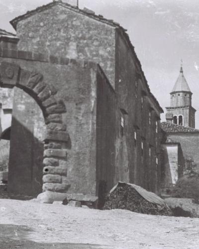 Veno Pilon, Obzidje in vrata v mesto Sv. Križ na Vipavskem, 1922-1925, čb negativ, 6,5 x 9 cm, Izvor Pokrajinski arhiv v Novi Gorici